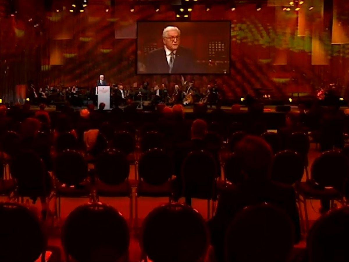 写真・図版 : 10月3日にポツダムで開かれたドイツ統一30年式典。コロナ対策で着席する参加者の間隔が空いている=連邦大統領サイトの動画より
