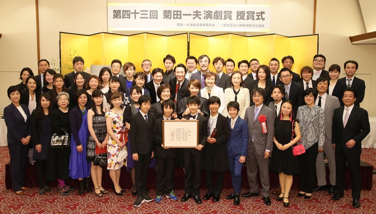 写真・図版 : 『ビリー・エリオット~リトル・ダンサー~』上演関係者一同が2017年度の菊田一夫演劇大賞を受賞した=2018年4月の授賞式