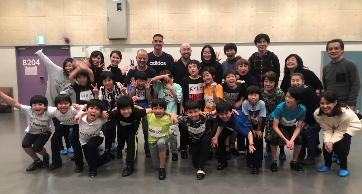 写真・図版 : 最終オーディションに参加した子供たちと海外チームが笑顔で記念写真を撮った=2019年12月