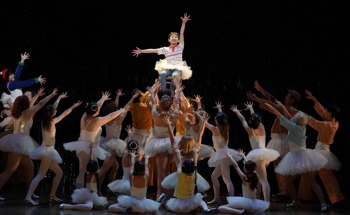 写真・図版 : 開幕した2020年の『ビリー・エリオット』。中央がビリー役の中村海琉(かいる)=東京・赤坂ACTシアター、田中亜紀撮影