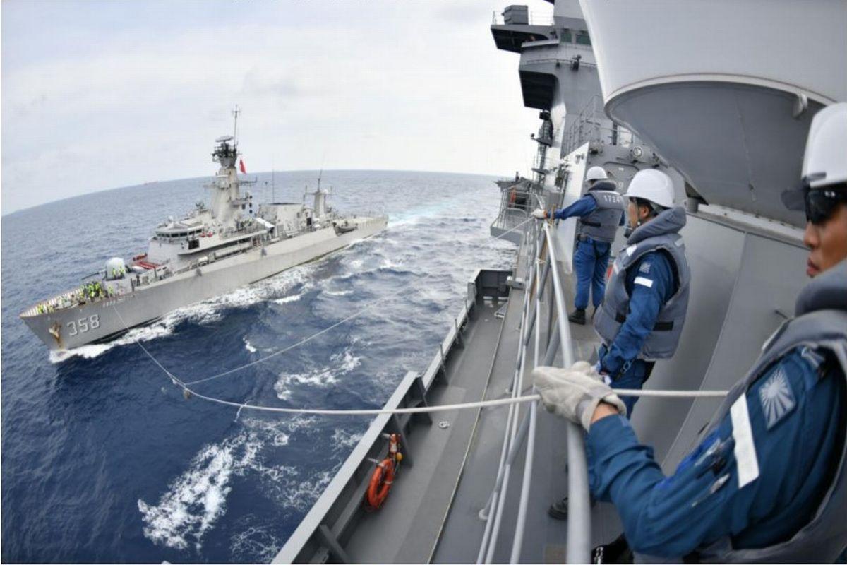 写真・図版 : 10月6日に南シナ海で行われた海上自衛隊とインドネシア海軍の親善訓練。手前が護衛艦「かが」、奥がフリゲート艦「ジョン・リー」=海自提供