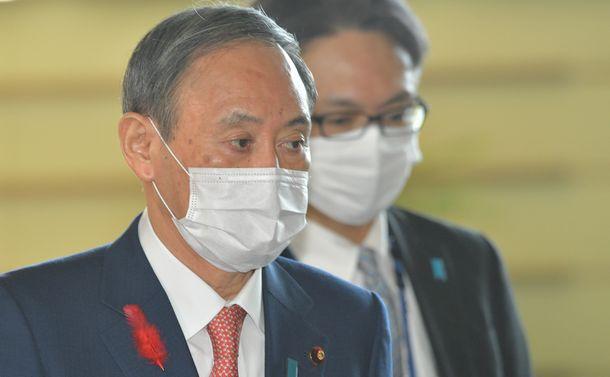 写真・図版 : 首相官邸に入る菅首相=10月7日。朝日新聞社