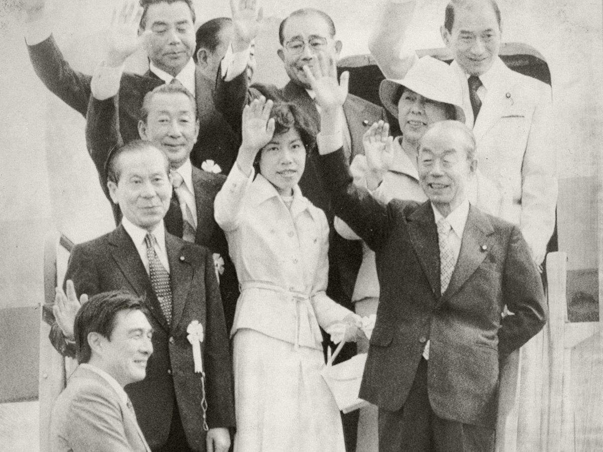 写真・図版 : 1977年、東南アジア諸国訪問へ出発する福田赳夫首相(前列右端)=羽田空港。朝日新聞社