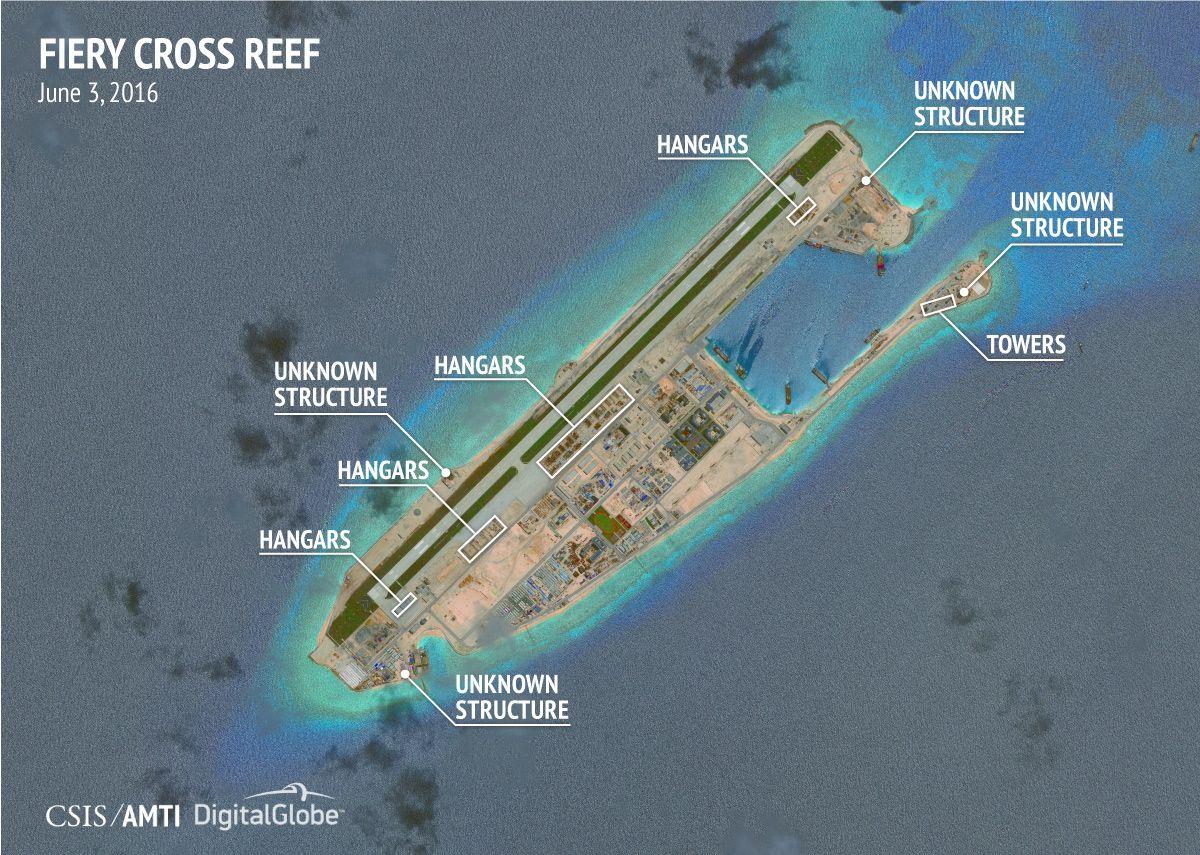 写真・図版 : 2016年、中国が南シナ海の南沙諸島で建設を進める航空機格納庫などをとらえた衛星写真=米シンクタンクCSIS提供