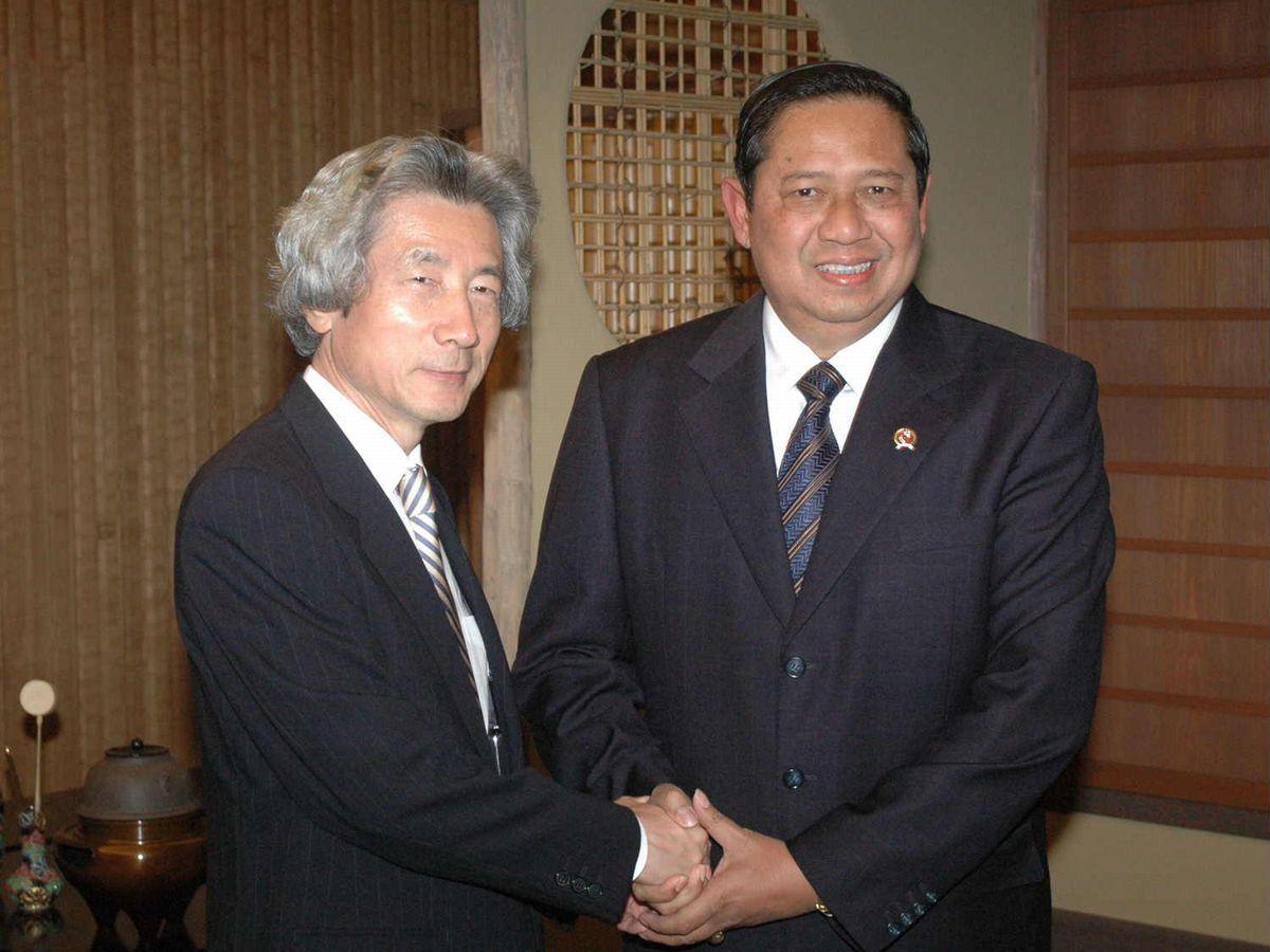 写真・図版 : 2005年、首相公邸に新しくできた和室でユドヨノ大統領と握手する小泉首相=代表撮影
