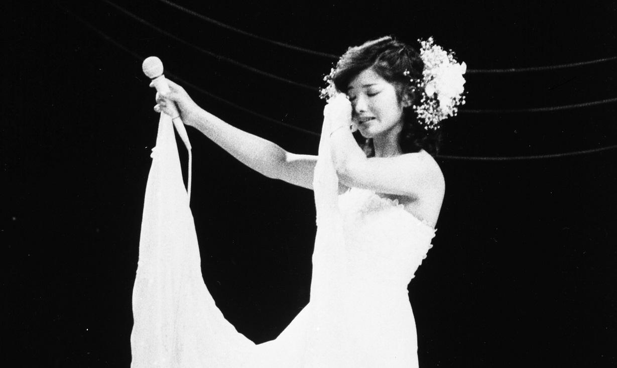 日本武道館で開かれた「さよならコンサート」で涙をぬぐう歌手・タレントの山口百恵さん。所属するホリプロダクション(現:ホリプロ)が10月15日に開く創立20周年パーティーで正式に引退を表明し、11月19日に俳優の三浦友和さんと結婚する=1980年10月5日