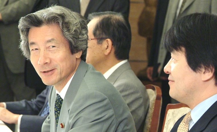 写真・図版 : 経済財政諮問会議にのぞむ小泉純一郎首相と竹中平蔵経済財政担当相(手前)=2002年8月29日、首相官邸