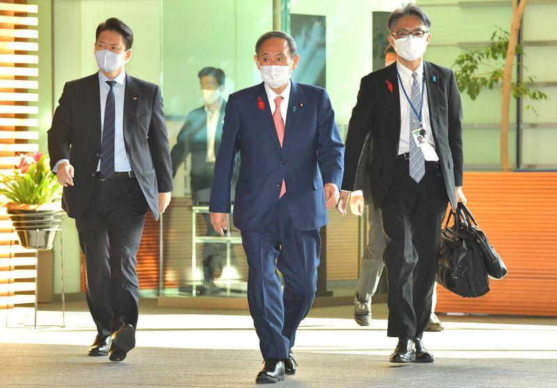 写真・図版 : 官邸に入る菅義偉首相=2020年10月7日