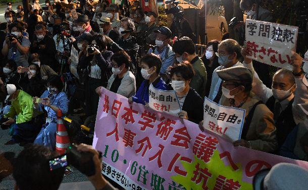 写真・図版 : 首相官邸前で日本学術会議が推薦した会員候補が任命されなかった問題について抗議する人たち=2020年10月6日夜、東京・永田町