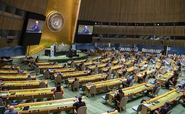 写真・図版 : 国連設立75周年の記念会合に集った各国の代表団。新型コロナウイルスの感染防止のため、出席は各国1人に限られた=2020年9月21日、米ニューヨークの国連本部、国連提供
