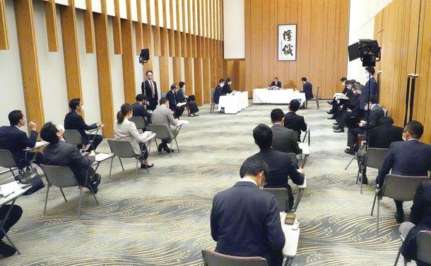 写真・図版 : 菅義偉首相に対する内閣記者会のグループインタビュー=2020年10月9日、首相官邸