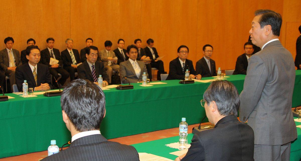 政府との会合であいさつする民主党の小沢一郎幹事長(手前右端)。左から2人目は鳩山由紀夫首相=2009年12月16日、首相官邸