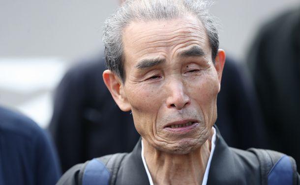 写真・図版 : 福島原発訴訟で原告団が勝訴し、仙台高裁前で涙を流す控訴人の早川篤雄さん=2020年3月12日、仙台市青葉区