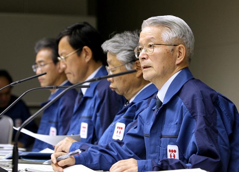 写真・図版 : 2011年3月30日、東電本社で記者会見する勝俣恒久会長(右)ら=東京都千代田区内幸町