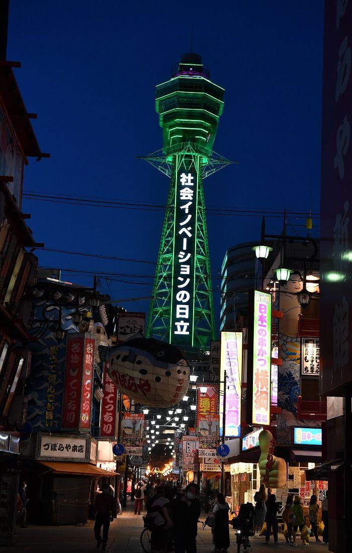 写真・図版 : ライトアップされた大阪のシンボル通天閣=2020年5月14日撮影