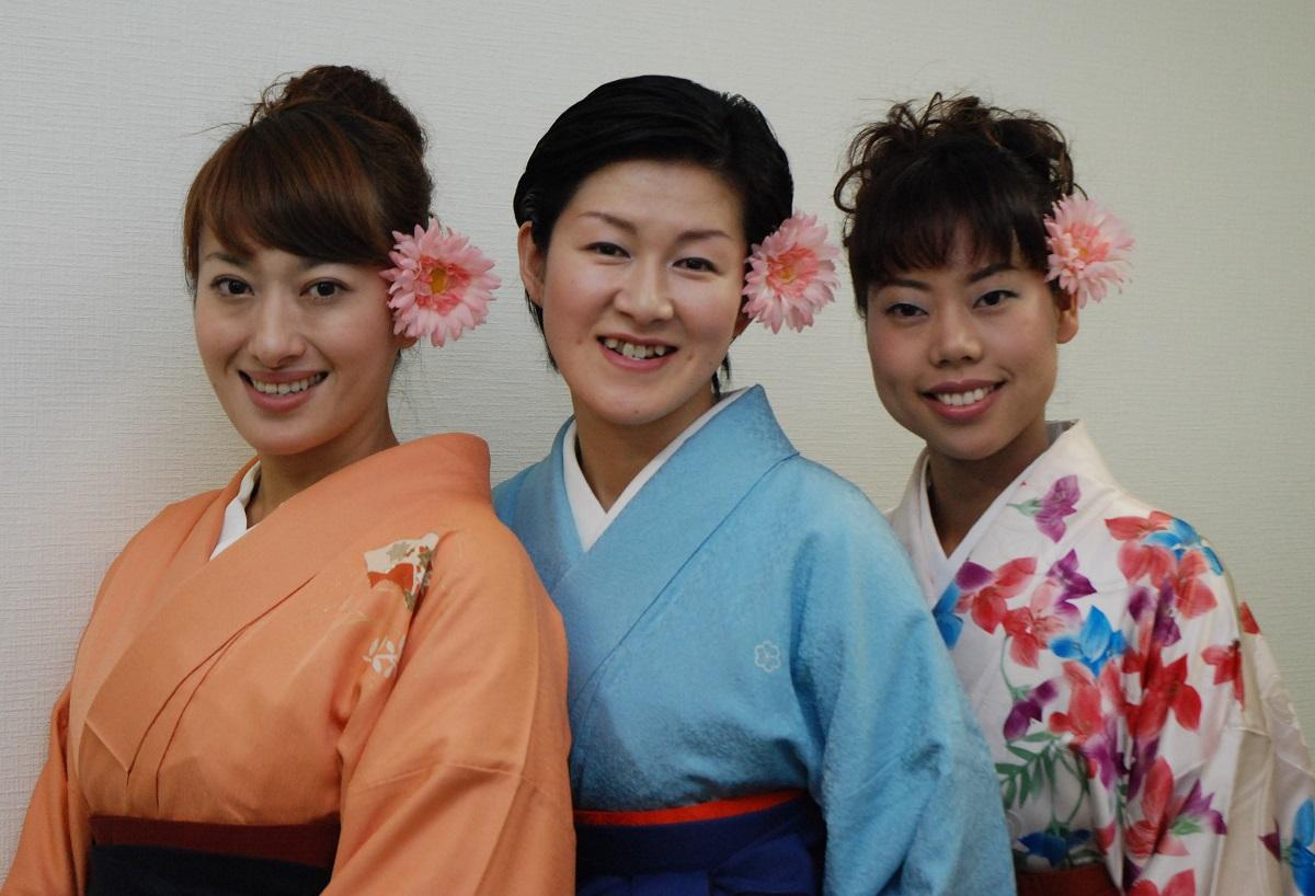 写真・図版 : 「浪曲乙女組」の(左から)春野恵子、玉川奈々福、菊地まどか=2009年撮影