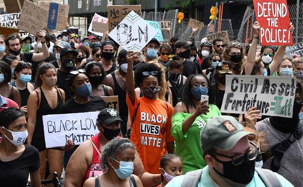 写真・図版 : 「黒人の命は大切だ」と叫びながらデモ行進をする市民=2020年6月19日午後4時43分、米ニューヨーク