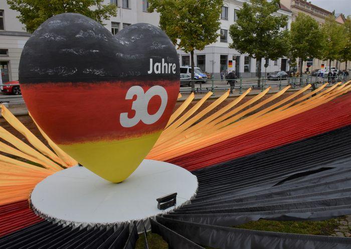 写真・図版 : 東西ドイツ統一30年を祝うモニュメント=2020年9月5日、ドイツ東部ポツダム、野島淳撮影