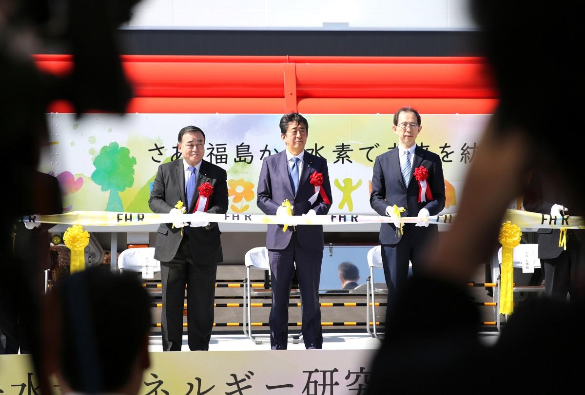 水素製造施設の開所式でテープカットに臨む安倍晋三首相=2020年3月7日、福島県浪江町、三浦英之撮影