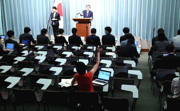 写真・図版 : 記者会見で挙手する東京新聞記者(手前中央)を指名する菅義偉官房長官=2019年5月30日