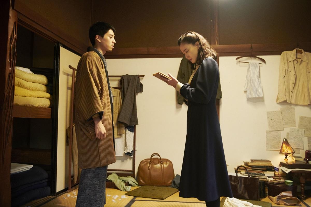 写真・図版 : 竹下文雄(坂東龍汰)と聡子(蒼井優) ©2020 NHK, NEP, Incline, C&I