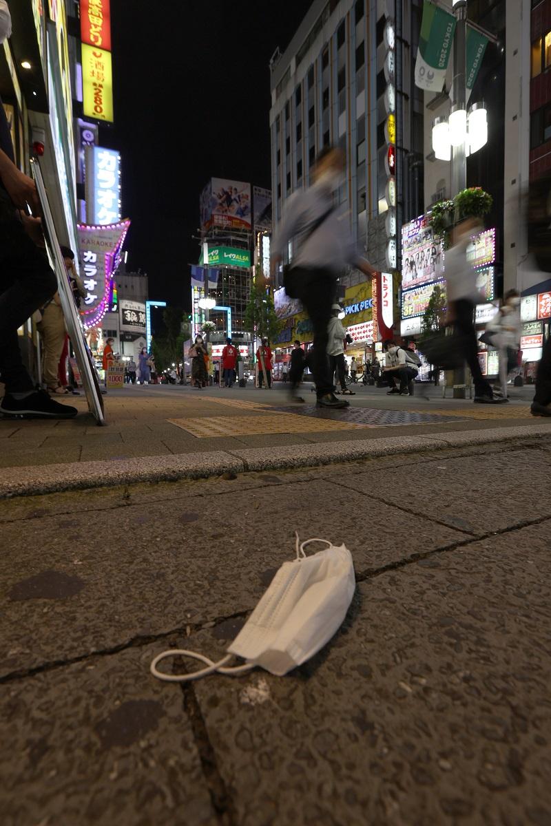 写真・図版 : 2020年7月30日、東京・新宿の繁華街