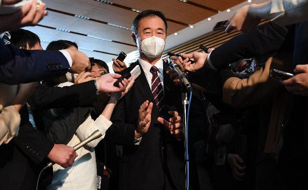 写真・図版 : 菅首相との面会を終え、記者の質問に応じる日本学術会議の梶田隆章会長=2020年10月16日午後3時52分、首相官邸