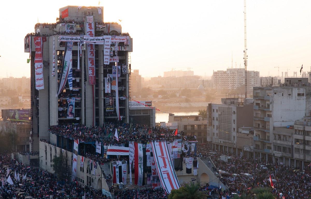 写真・図版 : 政府に対する抗議運動は2019年秋以来、政権を揺るがしている=2019年11月、バグダッド Eng. Bilal Izaddin/Shutterstock.com