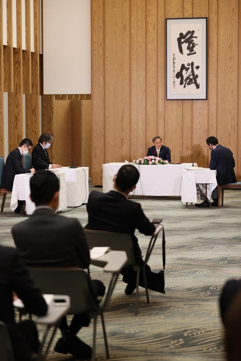 写真・図版 : 菅義偉首相へのグループインタビュー。内閣記者会の常勤幹事社が同席した=2020年10月9日、首相官邸