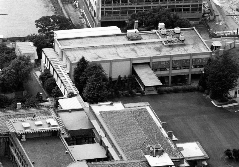 写真・図版 : かつての首相官邸(下)は内閣記者会と会見場がある官邸別館(上)と渡り廊下でつながっていた= 1993年8月21日
