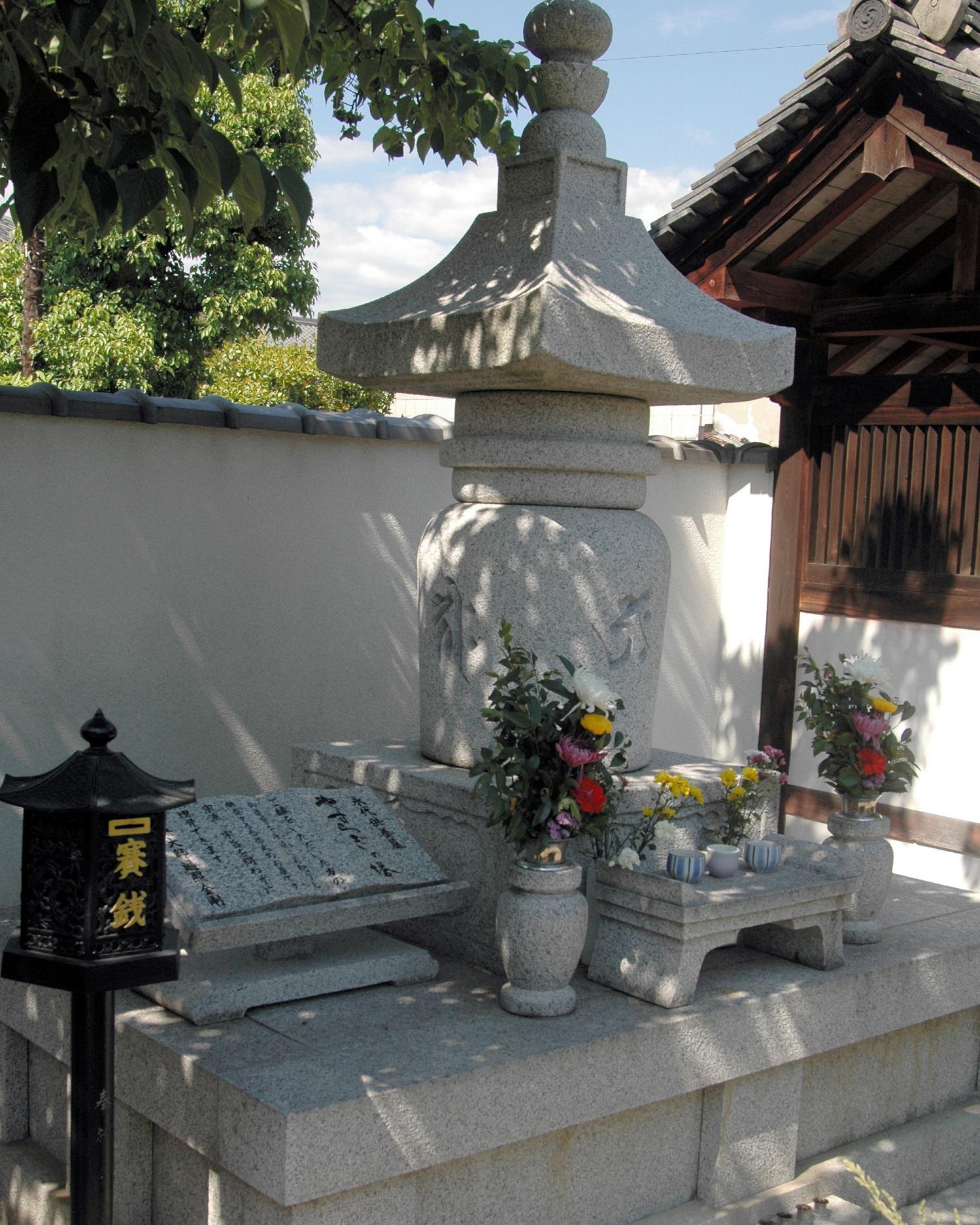 写真・図版 : 境内に立つ永代供養墓。家族の納骨をした人が花を供えていくことが多いという=奈良市の十輪院