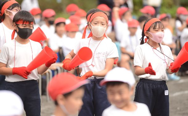 写真・図版 : コロナ禍の運動会でマスクをして応援をする児童=2020年9月27日、横浜市泉区の市立西が岡小学校