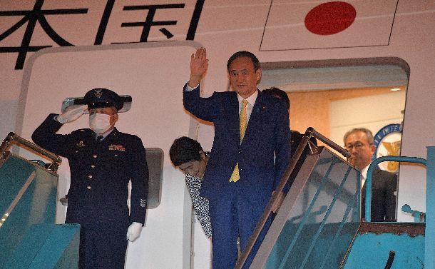 写真・図版 : 最初の訪問国ベトナムのノイバイ国際空港に到着した菅義偉首相と妻の真理子さん=2020年10月18日午後6時9分、ハノイのノイバイ国際空港