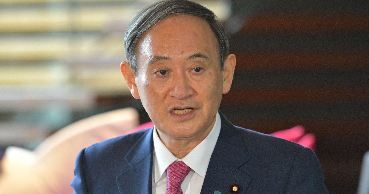写真・図版 : 首相就任1カ月。記者の質問に答える菅義偉首相=2020年10月16日午前9時5分、首相官邸
