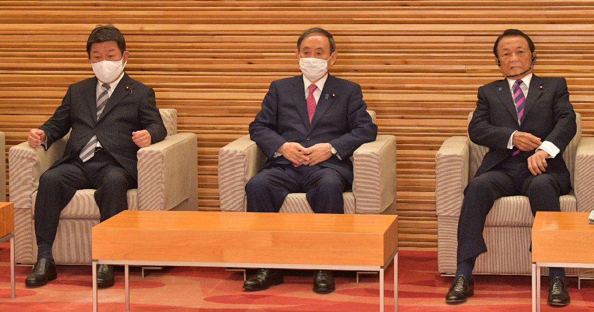 写真・図版 : 首相就任1カ月で閣議に臨む菅義偉首相(中央)。左は茂木敏充外相、右は麻生太郎副総理兼財務相=2020年10月16日午前10時、首相官邸