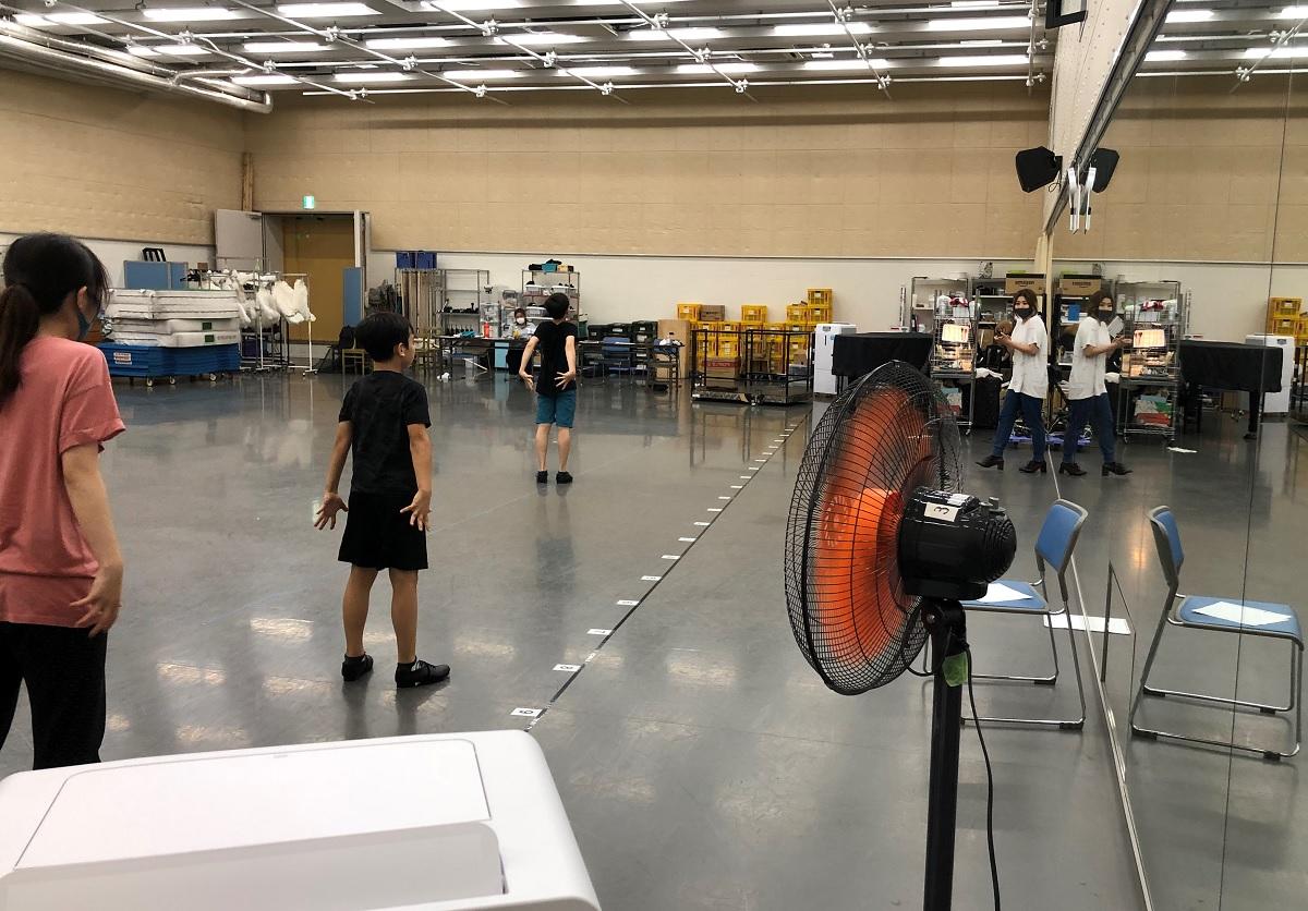写真・図版 : 稽古場には換気のために大型扇風機を置いた