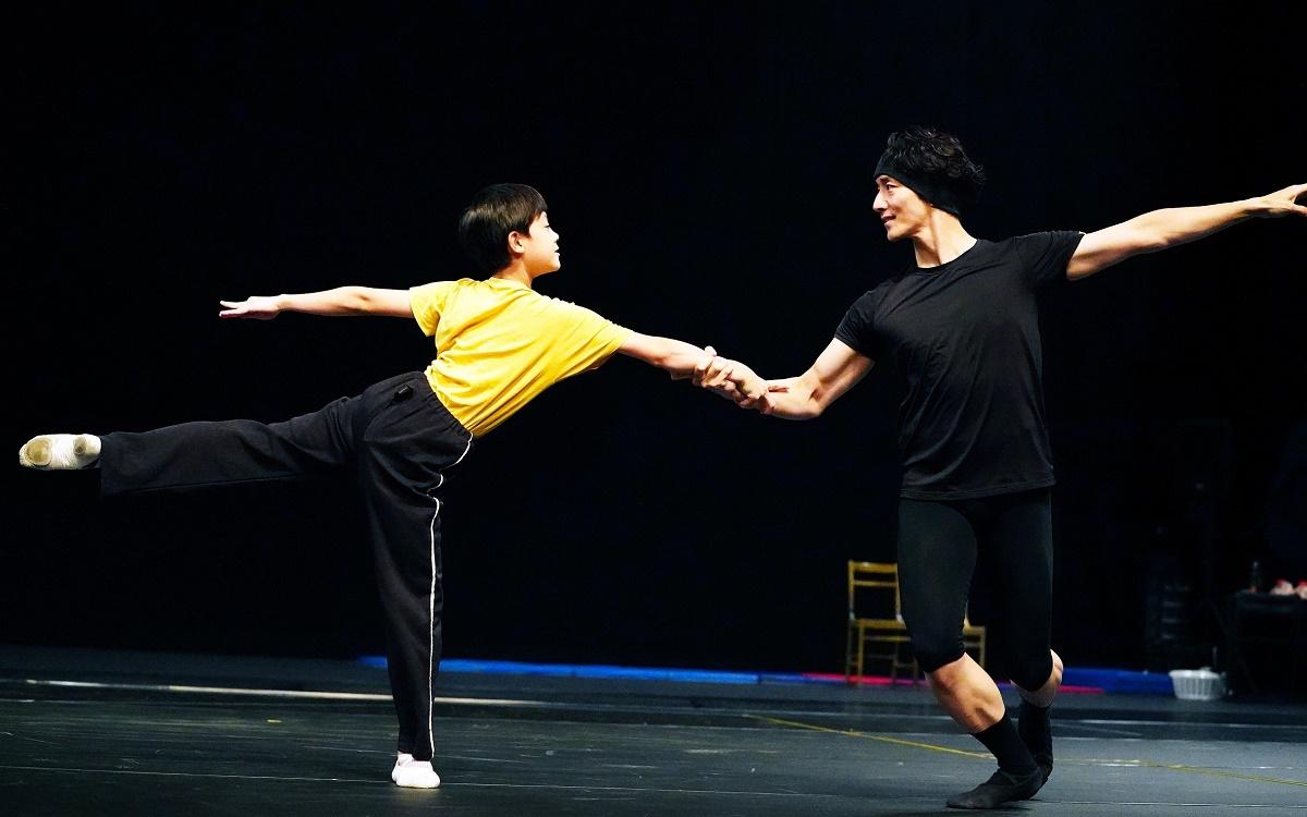 写真・図版 : ビリー(利田太一)が成長した自分自身(オールダー・ビリー、大貫勇輔)と踊る幻想的な場面の稽古