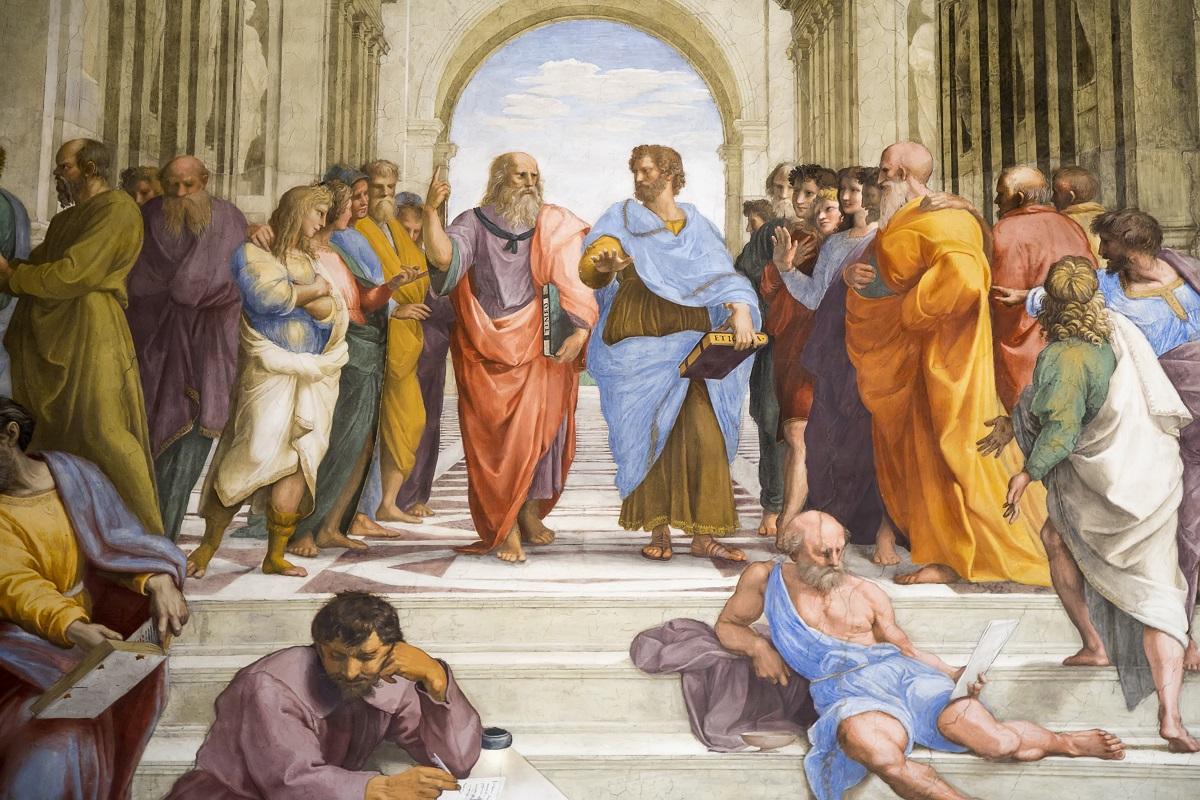 写真・図版 : ラファエロ・サンティ「アテナイの学堂」(1509–1510年)に描かれた古代ギリシャの哲学者たち(中央左がプラトン、右がアリストテレス) serato/Shutterstock.com