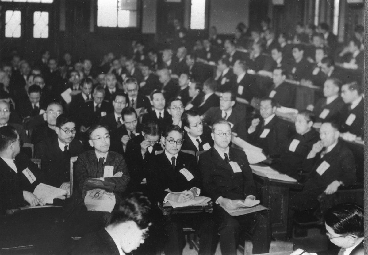 写真・図版 : 日本学術会議の第1回総会。科学を通じて日本の平和的復興と人類の福祉に貢献するとの声明を発表した=1949年1月20日