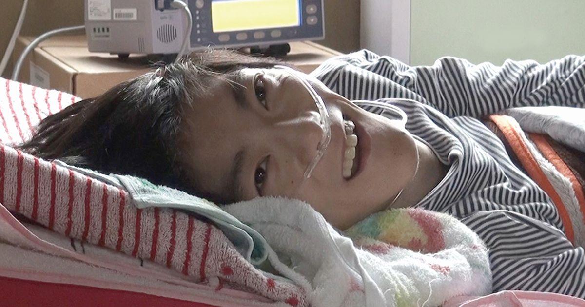 写真・図版 : 向島育雄さん。母の宮子さんが病に倒れ、在宅生活の場を失った育雄さんをどう支えるかが、映画の主題のひとつとなる