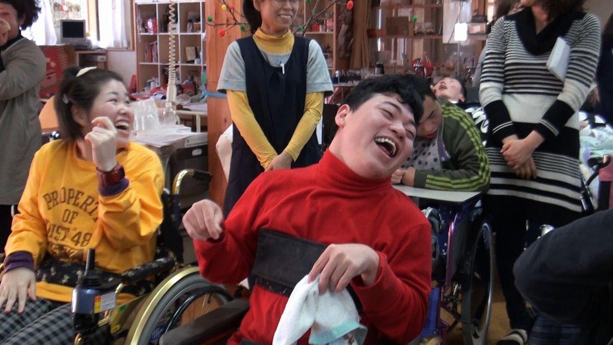 写真・図版 : 生活介護事業所「でら~と」で日中の時間を過ごす仲間たち