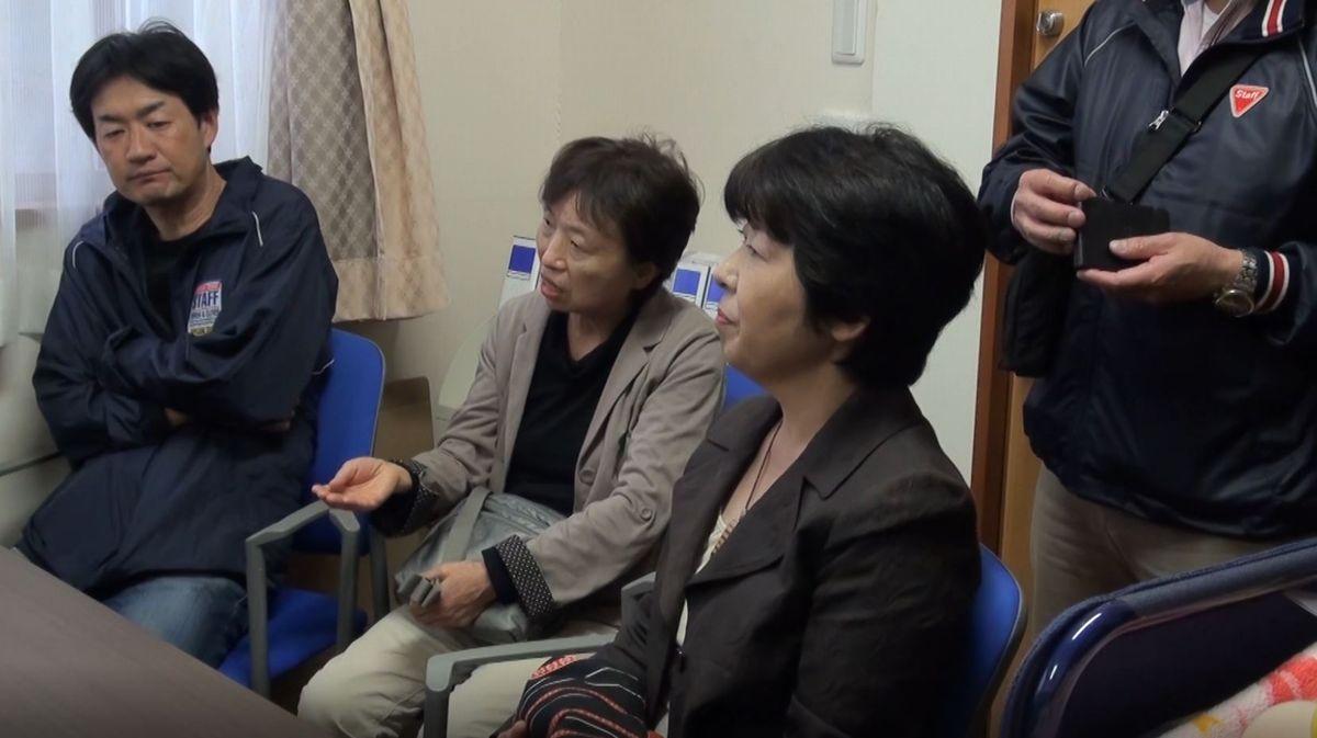 写真・図版 : 在宅生活の主たる介護者(ケアラー)である、同居する母親を亡くした沖茉里子さんの今後の生活について支援者たち  が議論するシーン