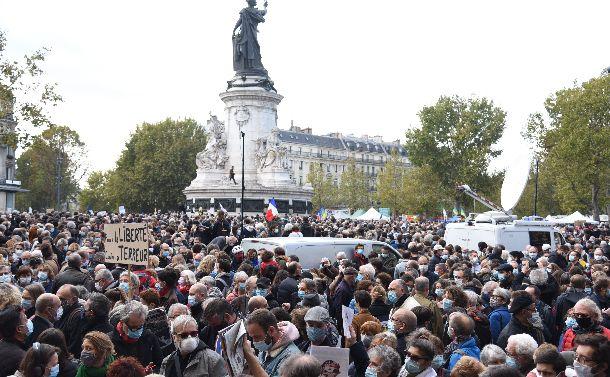 写真・図版 : パリのレピュブリック広場に教員殺害事件追悼のため集まった市民。自由と革命のシンボルとなっている女性像が立つ=2020年10月18日、疋田多揚撮影