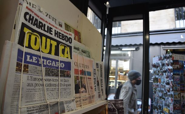 写真・図版 : パリのキオスクで9月2日、店頭に並んだ仏週刊紙シャルリー・エブド(左上)=2020年9月2日、疋田多揚撮影