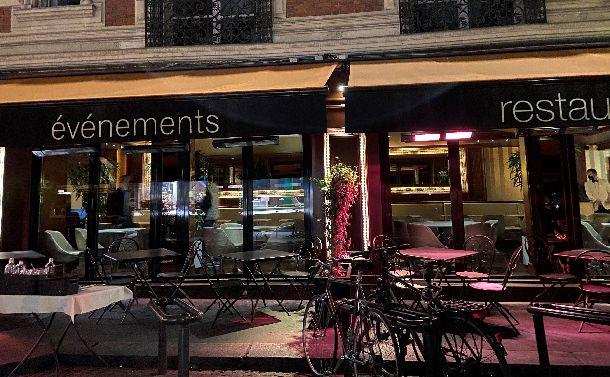 写真・図版 : 「夜間外出禁止令」が出て閑散としたシャンゼリゼ大通りのレストラン=2020年10月17日午後8時半ごろ、山口昌子撮影