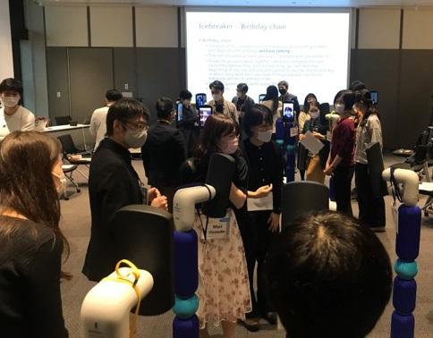 写真・図版 : 会場参加者、ニューミー参加者が円になって討論する様子