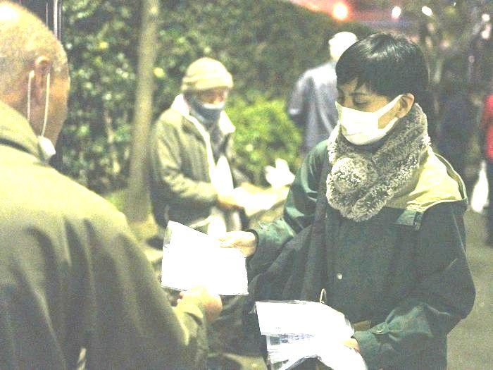 写真・図版 : 路上生活者らにマスクを配る支援団体=2020年4月8日、東京都豊島区、池田良撮影
