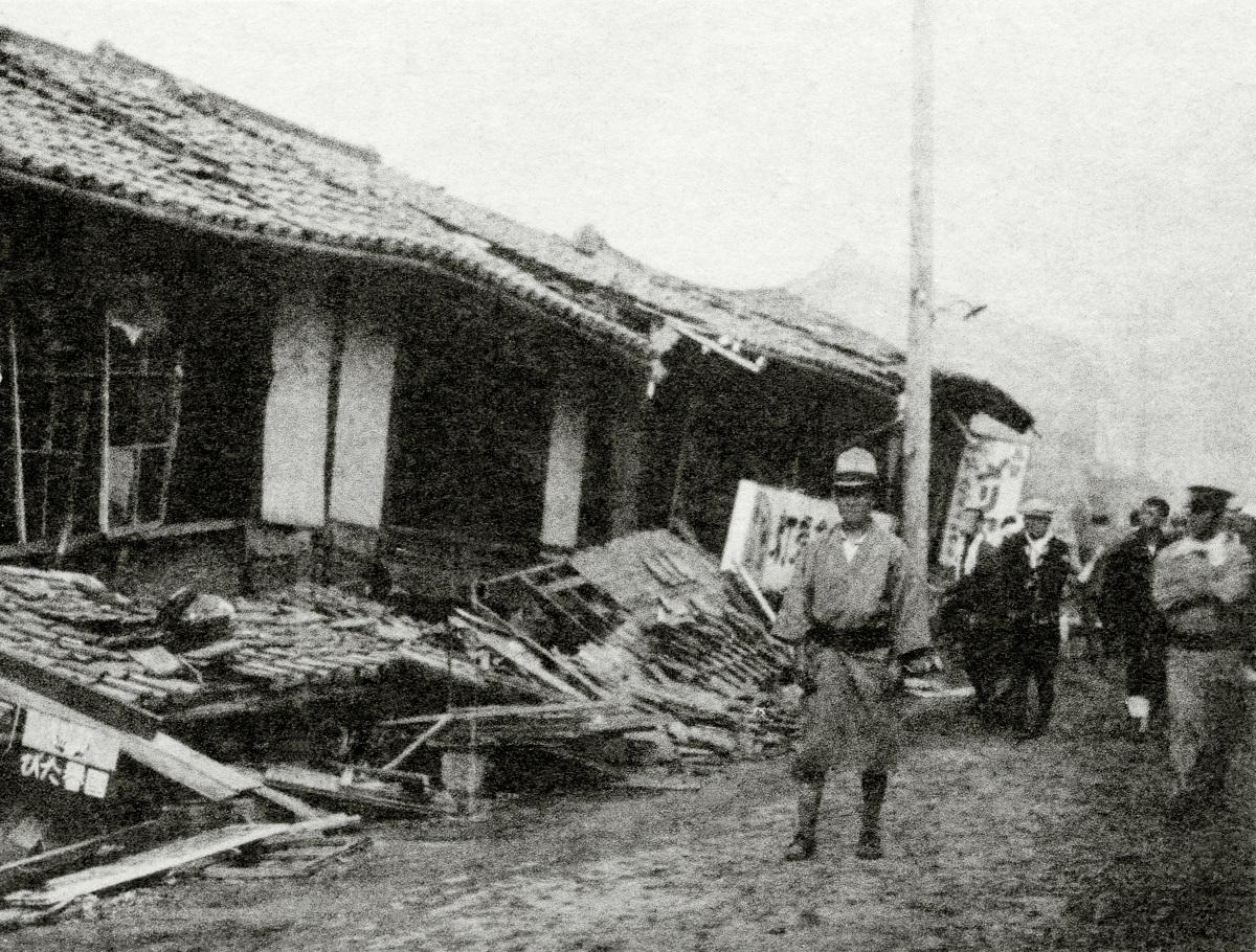 写真・図版 : 北但大震災で1階がつぶれた豊岡駅通りの家屋=1925年5月24日、兵庫県城崎郡豊岡町(現・兵庫県豊岡市)