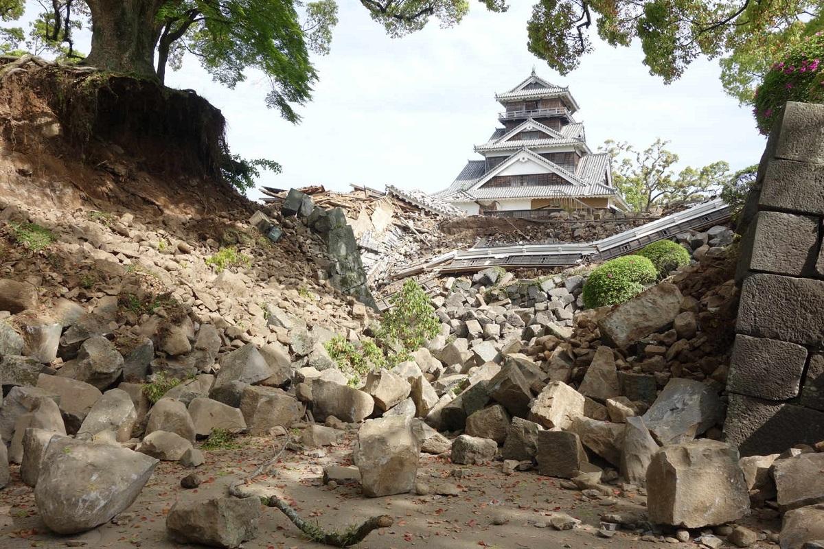 写真・図版 : 熊本地震で崩落した熊本城の石垣