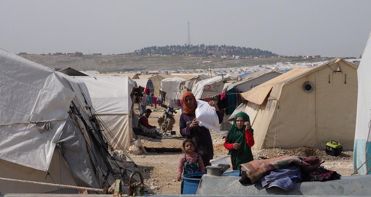 写真・図版 : 衛生状態が悪化している避難民キャンプ=2020年3月、シリア北西部イドリブ県カファルルシン